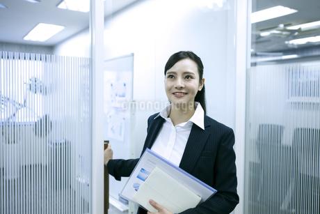 資料を持つビジネスウーマンの写真素材 [FYI03398625]