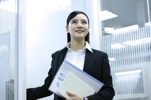 資料を持つビジネスウーマンの写真素材 [FYI03398626]