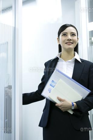 資料を持つビジネスウーマンの写真素材 [FYI03398628]