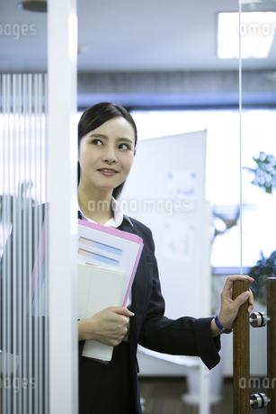 資料を持つビジネスウーマンの写真素材 [FYI03398629]