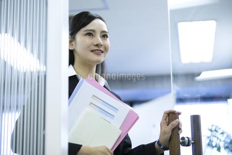 資料を持つビジネスウーマンの写真素材 [FYI03398630]