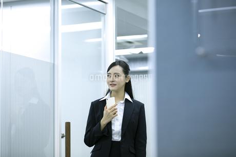 遠くを見るビジネスウーマンの写真素材 [FYI03398631]