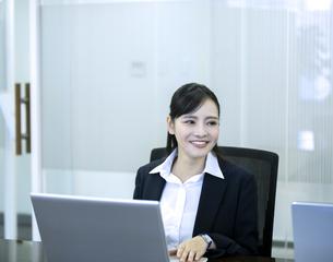 ノートパソコンを操作するビジネスウーマンの写真素材 [FYI03398632]