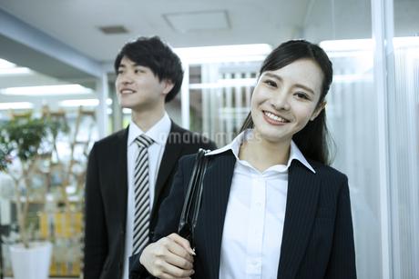 笑顔のビジネスウーマンとビジネスマンの写真素材 [FYI03398636]