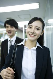 笑顔のビジネスウーマンとビジネスマンの写真素材 [FYI03398637]