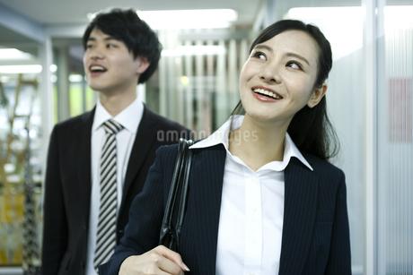 見上げるビジネスウーマンとビジネスマンの写真素材 [FYI03398638]