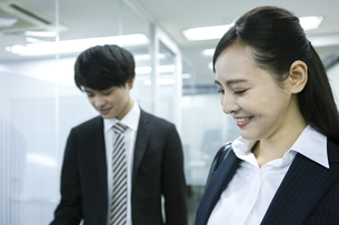 笑顔のビジネスウーマンとビジネスマンの写真素材 [FYI03398639]