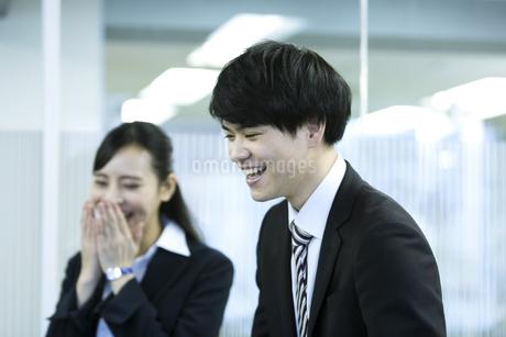 笑顔のビジネスマンとビジネスウーマンの写真素材 [FYI03398640]