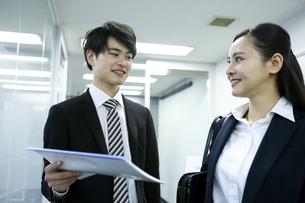 打ち合わせをするビジネスマンとビジネスウーマンの写真素材 [FYI03398641]