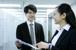 打ち合わせをするビジネスマンとビジネスウーマンの写真素材 [FYI03398642]