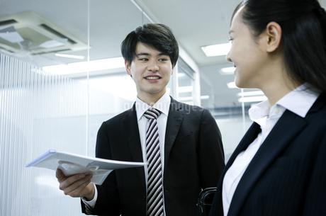 打ち合わせをするビジネスマンとビジネスウーマンの写真素材 [FYI03398643]