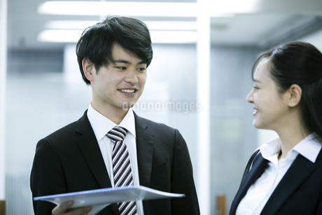 打ち合わせをするビジネスマンとビジネスウーマンの写真素材 [FYI03398644]