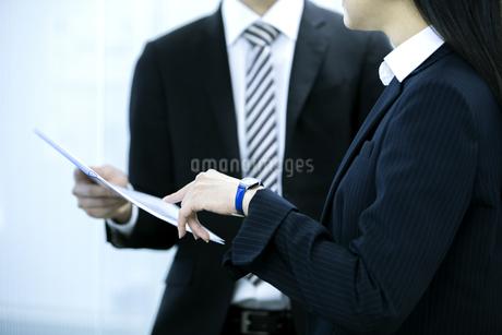 打ち合わせをするビジネスマンとビジネスウーマンの写真素材 [FYI03398645]