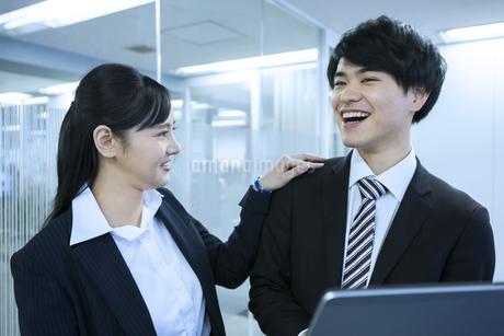 笑顔のビジネスマンとビジネスウーマンの写真素材 [FYI03398650]