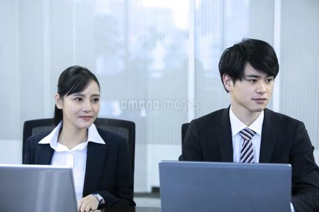 打ち合わせをするビジネスマンとビジネスウーマンの写真素材 [FYI03398651]