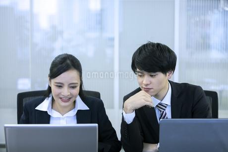 打ち合わせをするビジネスマンとビジネスウーマンの写真素材 [FYI03398652]