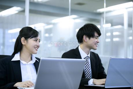 打ち合わせをするビジネスマンとビジネスウーマンの写真素材 [FYI03398653]