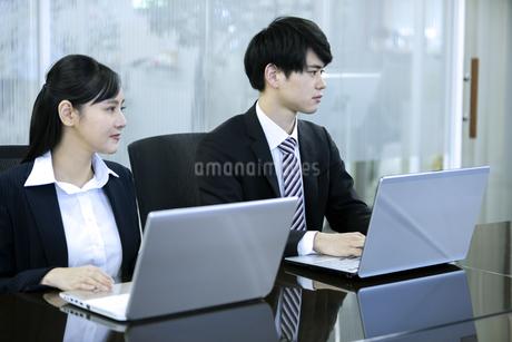 打ち合わせをするビジネスマンとビジネスウーマンの写真素材 [FYI03398654]