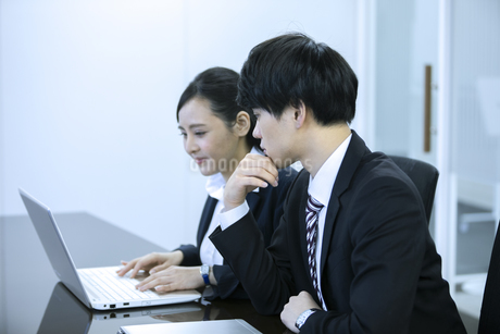 打ち合わせをするビジネスマンとビジネスウーマンの写真素材 [FYI03398655]