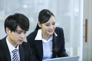 打ち合わせをするビジネスマンとビジネスウーマンの写真素材 [FYI03398657]