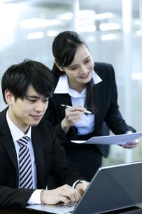 打ち合わせをするビジネスマンとビジネスウーマンの写真素材 [FYI03398660]