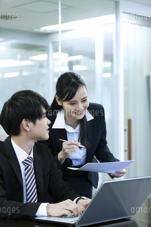 打ち合わせをするビジネスマンとビジネスウーマンの写真素材 [FYI03398661]
