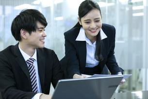 打ち合わせをするビジネスマンとビジネスウーマンの写真素材 [FYI03398662]