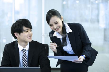 打ち合わせをするビジネスマンとビジネスウーマンの写真素材 [FYI03398663]
