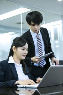 打ち合わせをするビジネスマンとビジネスウーマンの写真素材 [FYI03398664]