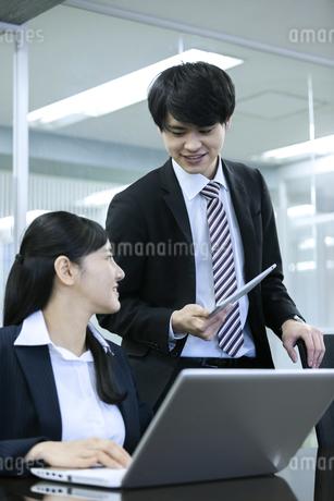 打ち合わせをするビジネスマンとビジネスウーマンの写真素材 [FYI03398665]
