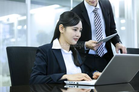 打ち合わせをするビジネスマンとビジネスウーマンの写真素材 [FYI03398666]