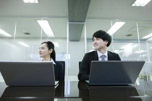 打ち合わせをするビジネスマンとビジネスウーマンの写真素材 [FYI03398669]