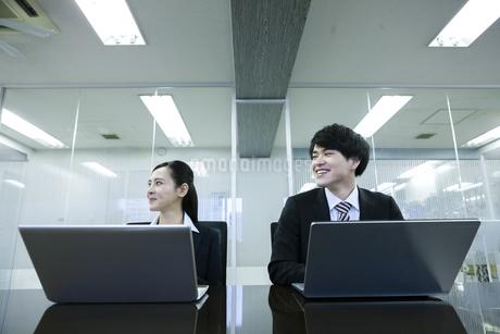 打ち合わせをするビジネスマンとビジネスウーマンの写真素材 [FYI03398670]