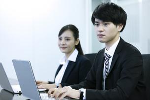 打ち合わせをするビジネスマンとビジネスウーマンの写真素材 [FYI03398672]
