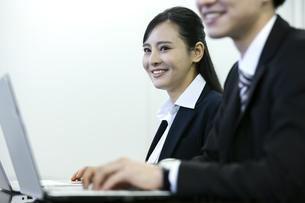 打ち合わせをするビジネスマンとビジネスウーマンの写真素材 [FYI03398673]