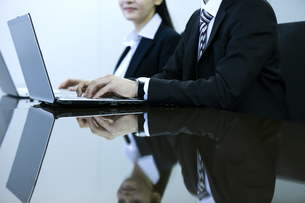 打ち合わせをするビジネスマンとビジネスウーマンの写真素材 [FYI03398674]