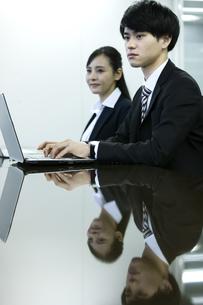 打ち合わせをするビジネスマンとビジネスウーマンの写真素材 [FYI03398675]