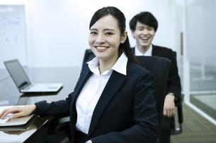 笑顔のビジネスウーマンとビジネスマンの写真素材 [FYI03398677]