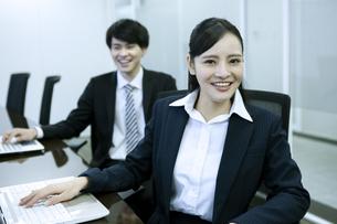 笑顔のビジネスウーマンとビジネスマンの写真素材 [FYI03398678]