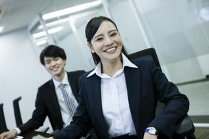 笑顔のビジネスウーマンとビジネスマンの写真素材 [FYI03398679]