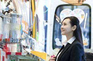 笑顔のビジネスウーマンの写真素材 [FYI03398681]