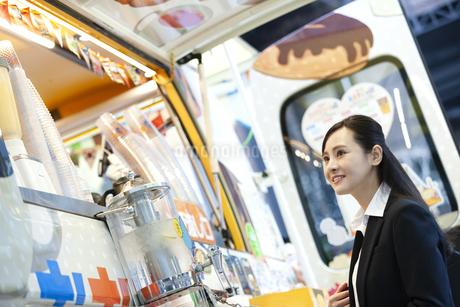 笑顔のビジネスウーマンの写真素材 [FYI03398683]