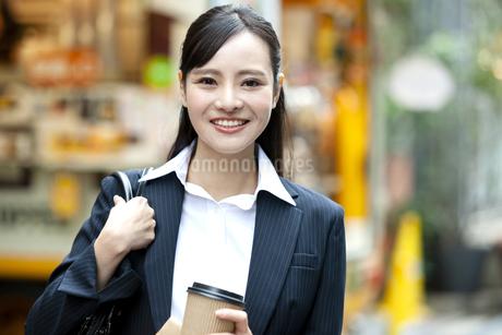 笑顔のビジネスウーマンの写真素材 [FYI03398684]
