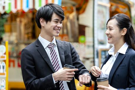 ドリンクを持つビジネスマンとビジネスウーマンの写真素材 [FYI03398701]