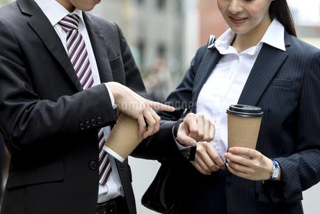 ドリンクを持つビジネスマンとビジネスウーマンの写真素材 [FYI03398704]