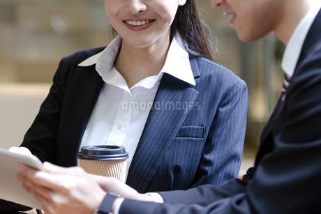 打ち合わせをするビジネスマンとビジネスウーマンの写真素材 [FYI03398705]