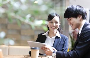 打ち合わせをするビジネスマンとビジネスウーマンの写真素材 [FYI03398708]