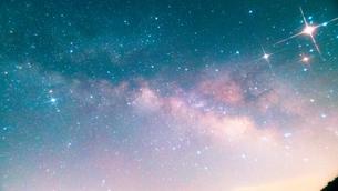 精進湖から見た星空の写真素材 [FYI03398711]