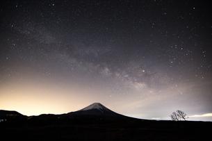 精進湖から見た星空と富士山 日本 山梨県 南都留郡の写真素材 [FYI03398713]