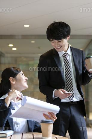 打ち合わせをするビジネスマンとビジネスウーマンの写真素材 [FYI03398715]